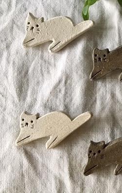 (白)【陶土】白猫 白ねこ ブローチ