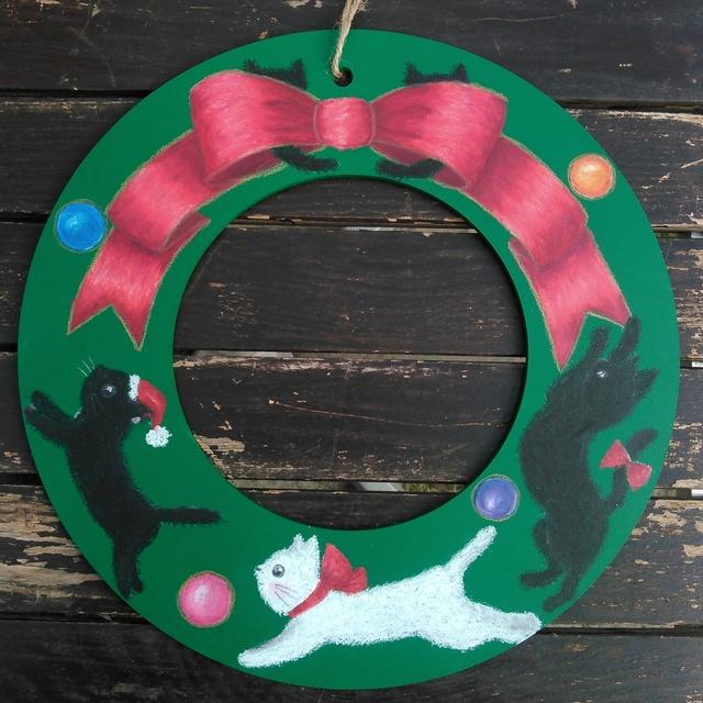 子猫が遊ぶクリスマスリース