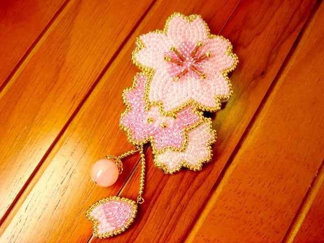 ビーズ刺繍の桜のブローチ(新デザイン)