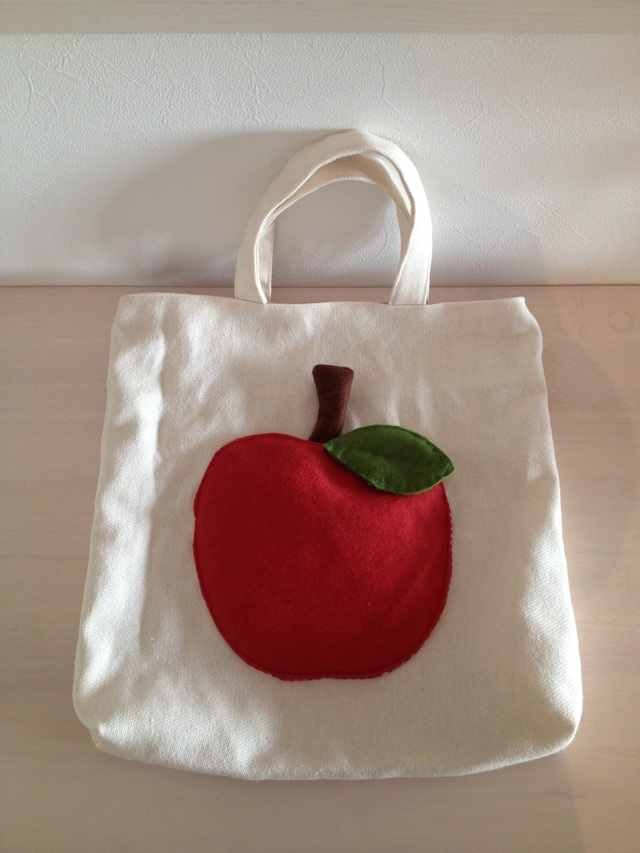 りんごポケットのトートバッグ