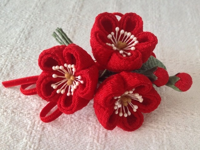 〈つまみ細工〉梅三輪とベルベットリボンの髪飾り(赤)
