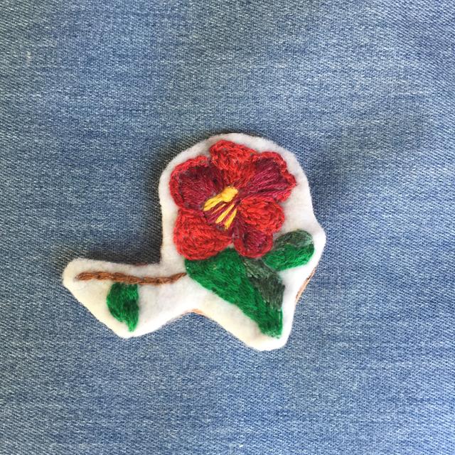 冬の紋様  枝椿 ブローチ