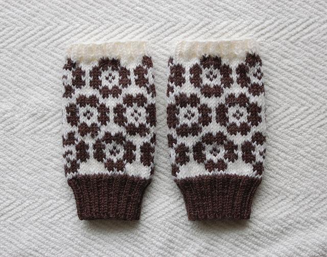手編みの指なしミトン 【こげ茶フラワー】 こげ茶×白