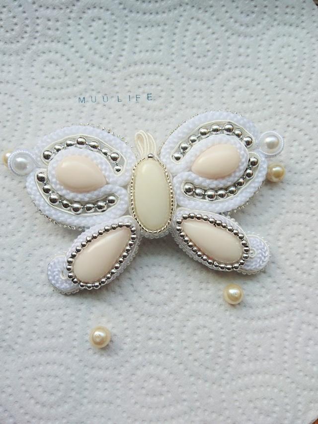 ソウタシエ   白い蝶々  ブローチ コサ...