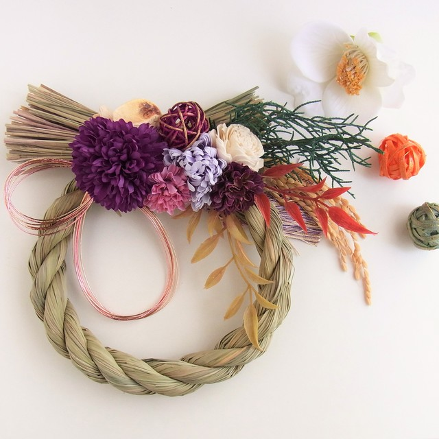 紫のポンポンマム お正月飾り