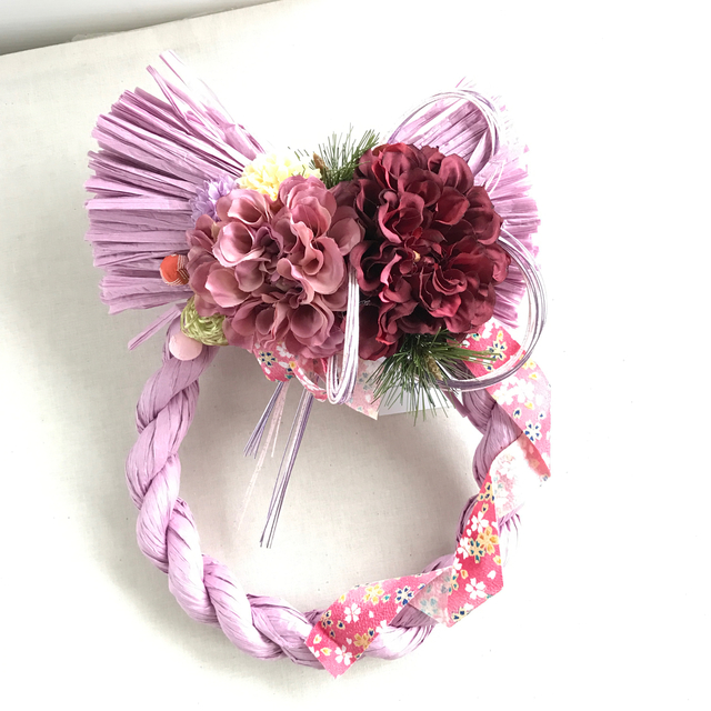 柔らかなピンクのしめ飾り