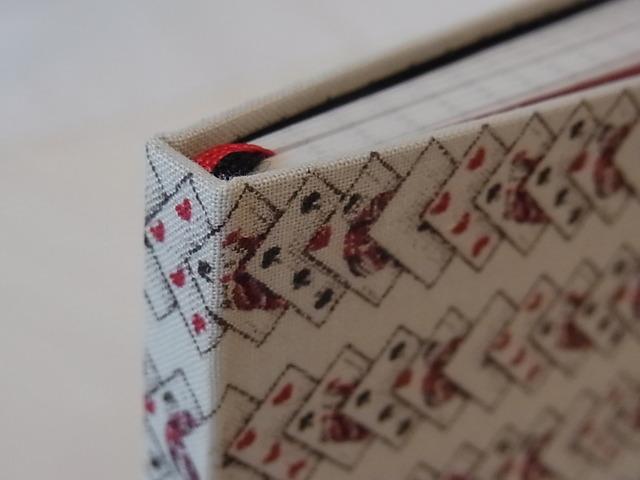 糸でかがった小さな手帳 トランプ柄
