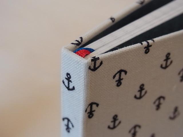 糸でかがった小さな手帳 いかり柄