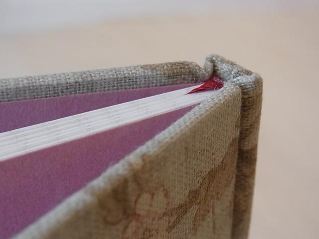 糸でかがった小さな手帳 アンティーク柄