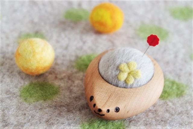 羊毛ピンクッション【針山】 はりねずみ お花 黄色