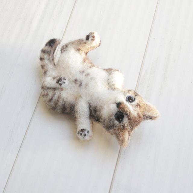 ゴロンと仰向けキジトラ子猫のブローチ