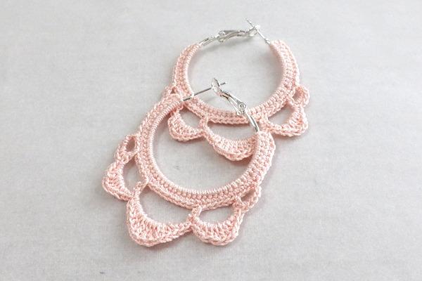 かぎ針編みのフープピアス ピンク