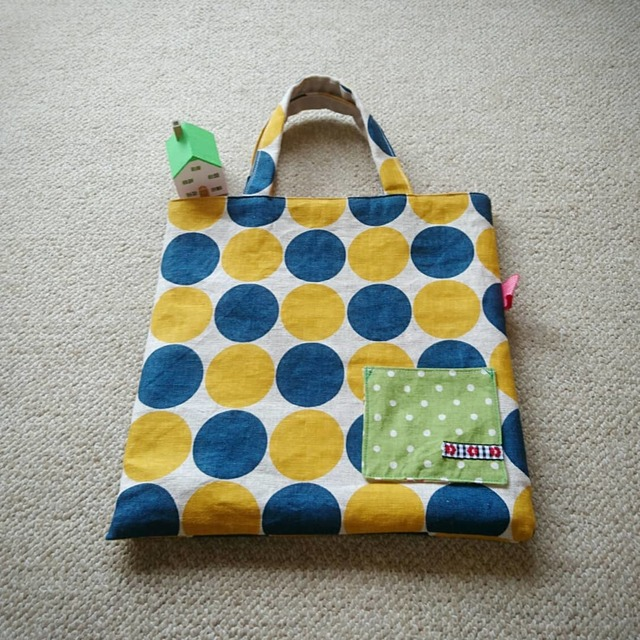大きなドット柄のバッグ、黄色。