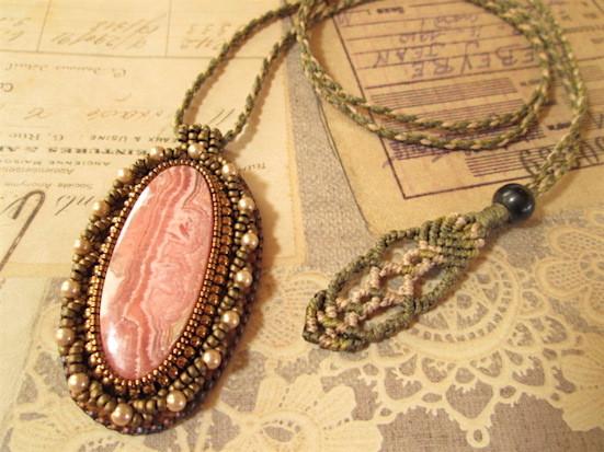 ビーズ刺繍の天然石ペンダント 119