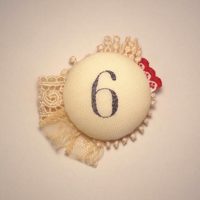 紅茶染めレースと数字の刺繍ブローチ 6