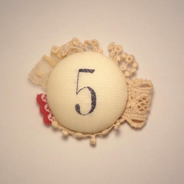 紅茶染めレースと数字の刺繍ブローチ 5