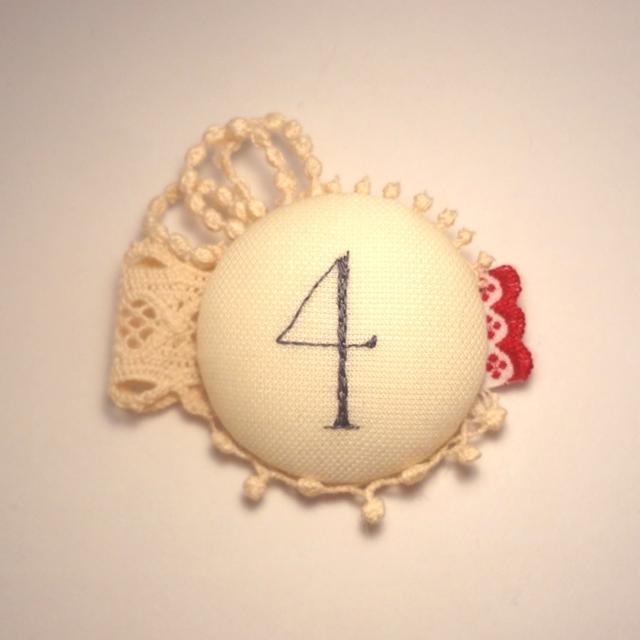 紅茶染めレースと数字の刺繍ブローチ 4
