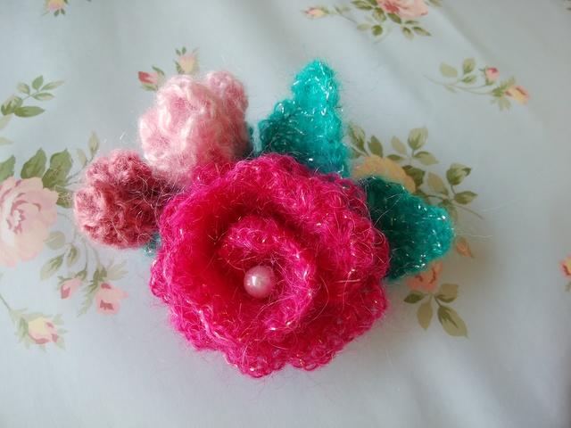 モヘア毛糸のコサージュ