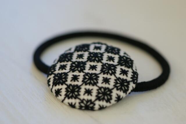北欧風★刺繍のくるみボタンヘアゴム★雪1