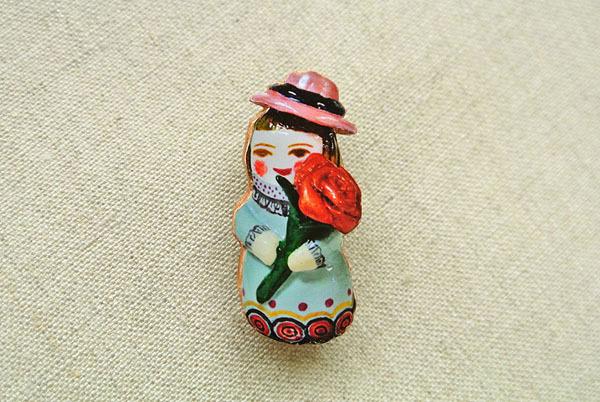 桃色帽子の薔薇のひとブローチ