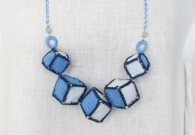 とても軽いシルク糸のネックレス(QUBE...