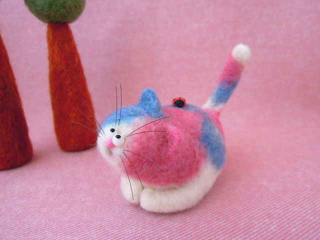 てんとう虫とまんまる目玉のカラフル三毛猫