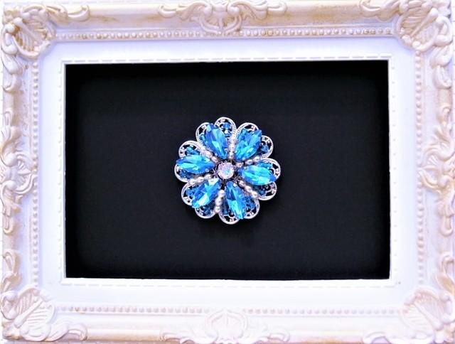 静謐な青い花のブローチ