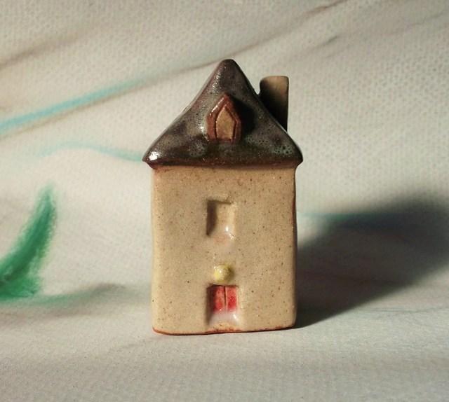 陶の家-冬の家 赤いドア
