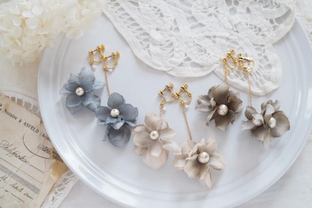 お花とコットンパールの揺れるイヤリング