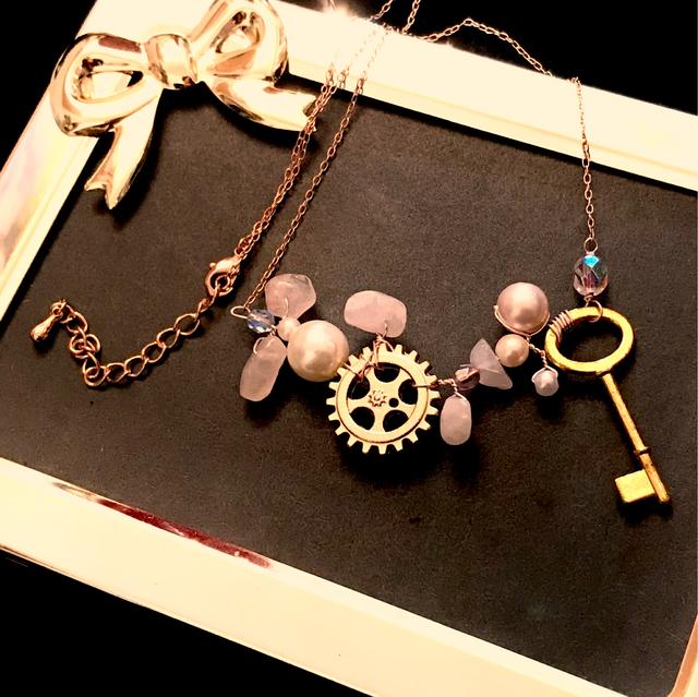 ローズクォーツと歯車・鍵のネックレス