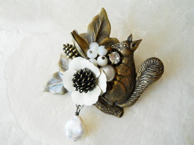 【ぶらん】白花とりすと淡水パールのブローチ