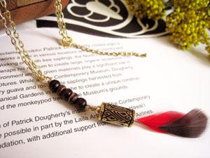 赤と茶の羽のネックレス