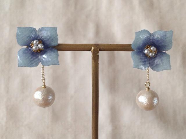 コットンパール付き染め花を樹脂加工した紫陽花ピアス( S・ブルー)