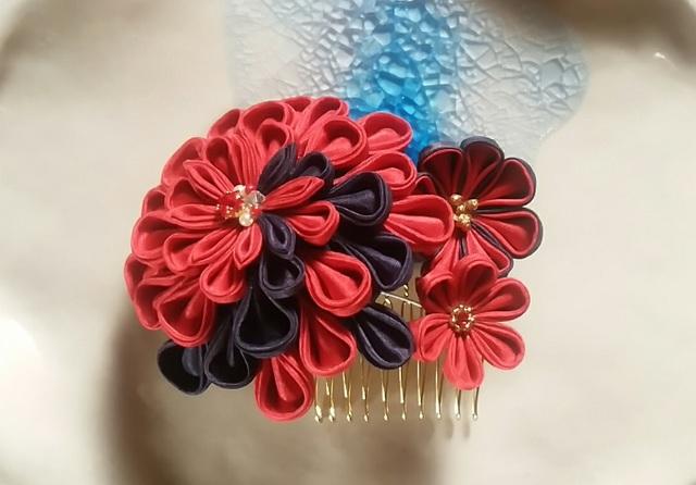 【つまみ細工】髪飾りコーム 赤と黒の3輪