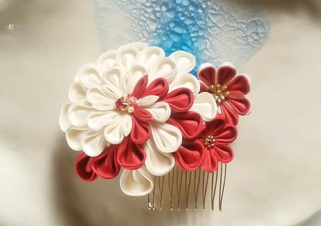 【つまみ細工】髪飾りコーム 赤と白の3輪