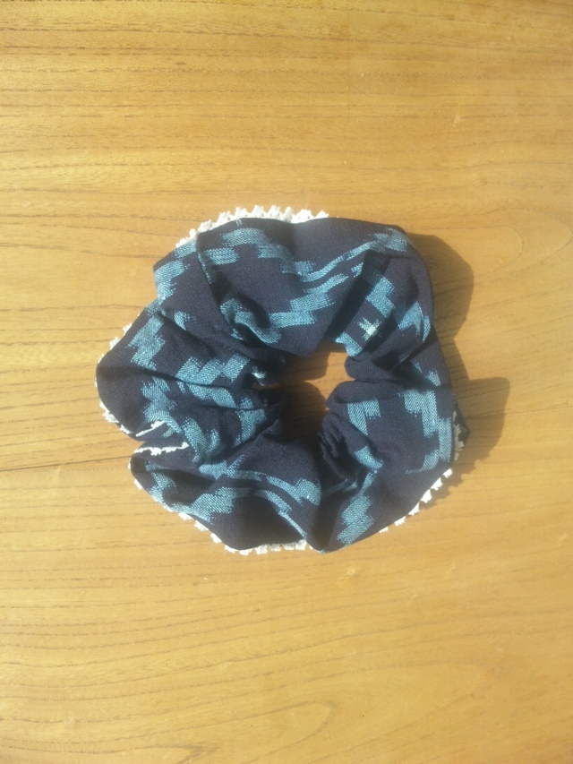 藍染め手織り絣シュシュ