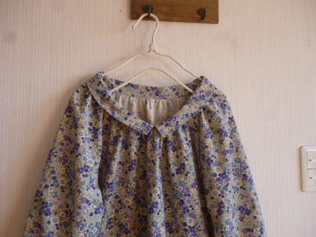 花柄コーデュロイのラグランギャザー衿つきチュニックワンピ