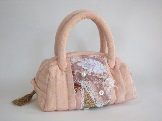 ピンクのクレージーキルトのバッグ