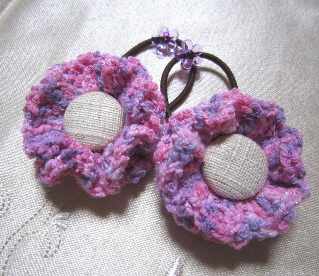 k4 ピンクと紫お花のヘアゴム2個 くるみボタンを付けて 子供用