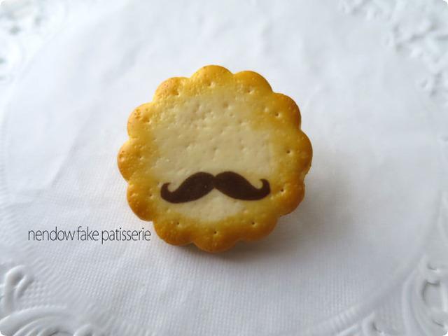 ひげクッキーブローチ