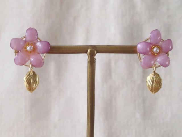 染め花を樹脂加工した小花の葉付きピアス(ピンク)