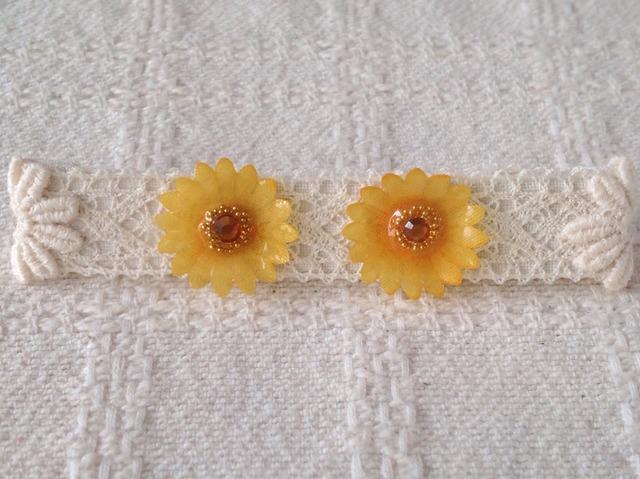 染め花を樹脂加工したミニデイジーピアス(オレンジ)