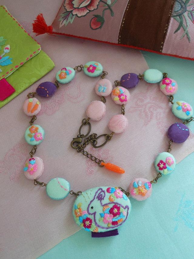 ウサギの刺繍ネックレス