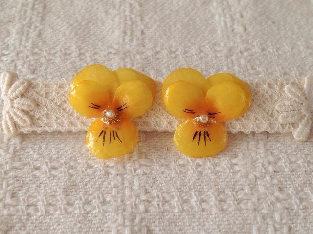 染め花を樹脂加工したビオラピアス( S・黄色)