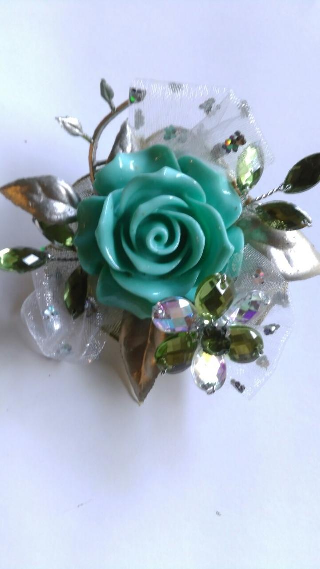 ライトブルーのバラとキラキラグリーン...