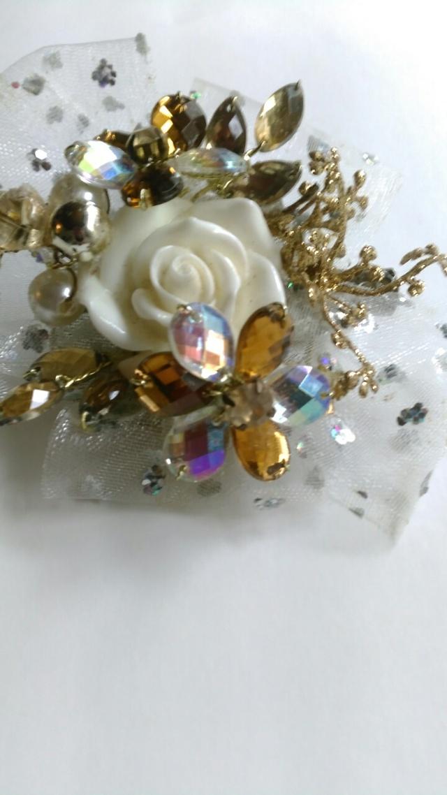 ホワイトのバラとゴールドのキラキラビ...