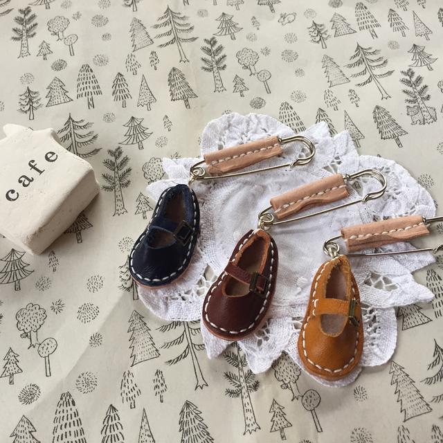 革のミニチュア靴のブローチピン