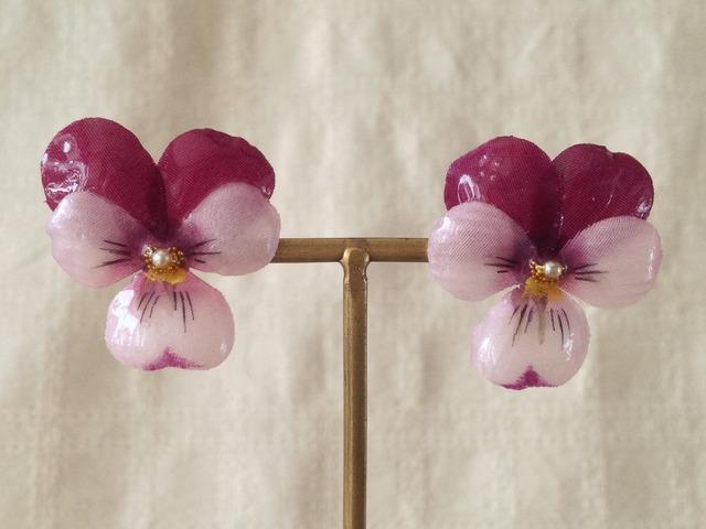 染め花を樹脂加工したビオラピアス( M・濃赤紫&薄赤紫)