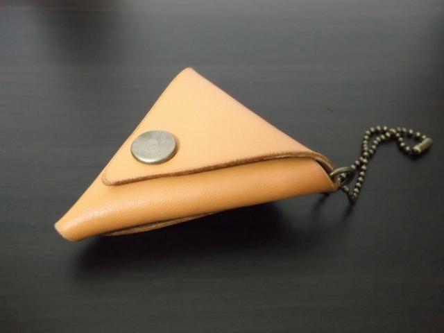 ≪売り切れ≫レザーの三角コインケースミニ(キャメル)