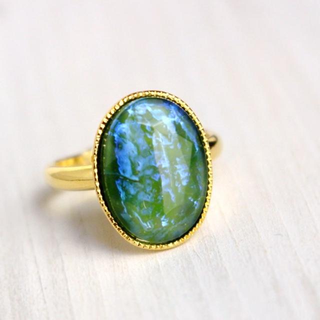 青紫の光があらわれる緑色チェコガラス...